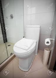 weiß toilette in einem badezimmer gefliest innen