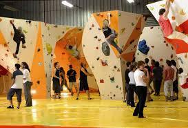 salle de bloc salle d escalade murs à cordes blocs espace détente et