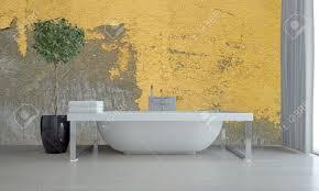 badezimmer interieur mit feature grunge gelbe wand mit peeling abblätternde farbe und eine freistehende badewanne mit topfbaum vor boden bis zur decke