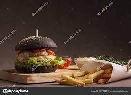 chignon cuisine trendy burger au poulet en chignon noir photographie mrakor