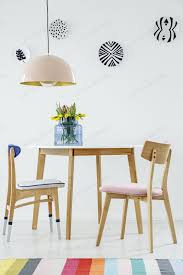 bunte esszimmer interieur mit einem tisch stühlen gestreiften teppich foto bialasiewicz auf envato elements