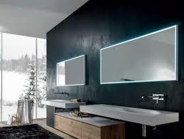 badspiegel mit beleuchtung sorgt für zusätzliches ambiente