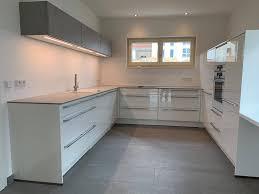 design küche in weiß hochglanz mega küchenwelten schöne
