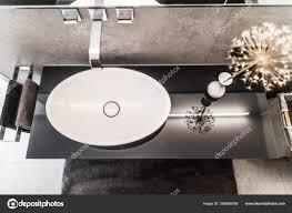 modernes badezimmer klein luxuris modern mit freistehendem waschbecken 256866068