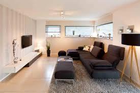 gemütliches wohnzimmer mit lichtbändern und sofaecke