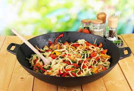 cuisiner avec un wok recette au wok facile poulet nouilles stoves