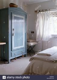 blau lackiert kleiderschrank in einem ferienhaus