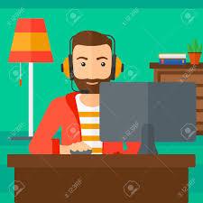 ein mann in den kopfhörern vor dem computer monitor mit maus in der auf wohnzimmer hintergrund vektor flache design illustration sitzt