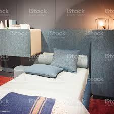 modernes interior design schlafzimmer grau blau und pinl farben interieur aus einem schlafzimmer mit kissen stockfoto und mehr bilder behaglich