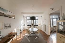 frau vor dem panoramafenster zu hause im großen wohnzimmer