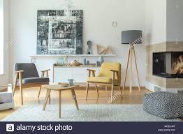 grau und gelb holz sessel im wohnzimmer einrichtung mit