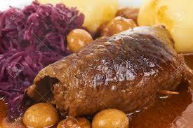 traditionelle deutsche küche rindfleisch rolle mit kartoffelknö und pilze