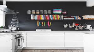 idee mur cuisine un mur noir dans une cuisine blanche c est tendance house