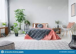 städtischer dschungel im modernen schlafzimmer mit
