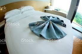 große betten im schlafzimmer neue moderne stockfoto und mehr bilder behaglich