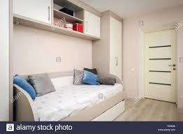 modernes schlafzimmer mit sofa und schrank stockfotografie