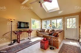 großes wohnzimmer mit sofa fernseher und braunen wände stockfoto und mehr bilder architektur