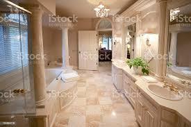 luxusbadezimmer in marmorausstattung wie zu hause stockfoto und mehr bilder architektonische säule