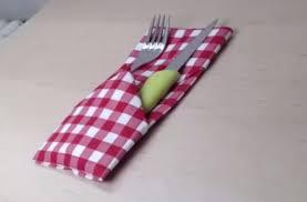 décorer une table pliage serviette porte couverts