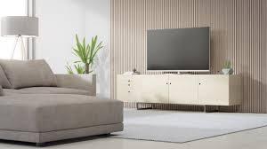 tv ständer in der nähe der holzwand des hellen wohnzimmers