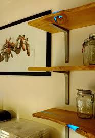 diy holzregal mit glühendem gießharz in ihrer küche