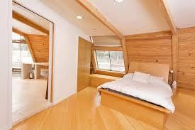 modernes schlafzimmer dachschräge mit holzboden und