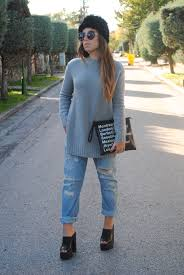 how to wear a grey sweater with light blue boyfriend jeans