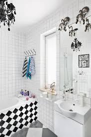weißes badezimmer mit schachbrettmuster bild kaufen