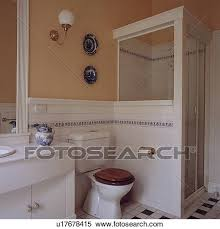 weiße wand fliesenmuster und toilette neben dusche