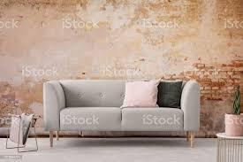 wabi sabi wohnzimmer interieur mit alten schäbigen wand und trendige neue mit pastell rosa und schwarzen kissen echtes foto stockfoto und mehr