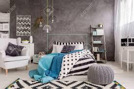 geräumige neue design schlafzimmer mit teppich sessel ein großes bett und dekorative wandfinish