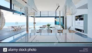 moderne luxus wohnzimmer öffnen terrasse mit meerblick