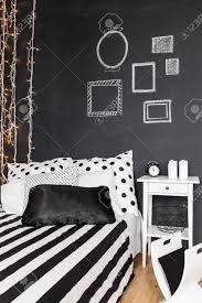 tafel wand in schwarz weiß modernes schlafzimmer