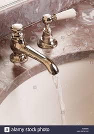 klassische alte altmodische badezimmer wasserhahn tippen sie
