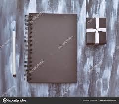 telecharger un bloc note pour le bureau a ouvert une boîte bloc notes stylo et cadeau sur fond gris
