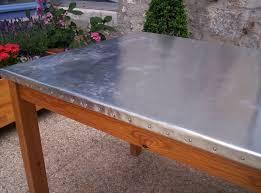 plaque de zinc pour cuisine métamorphose d une table ordinaire par le zinc le petit vide