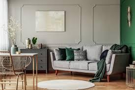 interieur design in grün und grau mit abstrakten bildern an