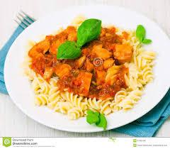 pates au blanc de poulet pâtes de fusilli avec du blanc de poulet en sauce tomate images