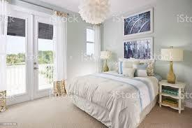 ein blau weiß und cremefarben schlafzimmer mit einem fahrradthema in ein musterhaus stockfoto und mehr bilder aufgeräumter raum