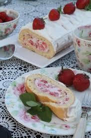 biskuitrolle mit mascarpone quark creme und erdbeeren