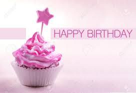 köstliche kuchen mit auf stick und happy birthday text auf hellrosa
