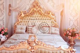 fototapete luxus schlafzimmer in hellen farben mit goldenen möbeln details