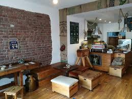 originell eingerichtetes kleines café mit turnhallen