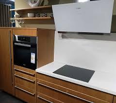 leila dalina l küche traumküche mit schräger dunstabzugshaube inkl e geräte küche weiß holz modern mit glasrückwand kaffee motiv