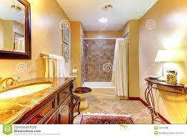 goldenes badezimmer mit braunen fliesen stockfoto bild