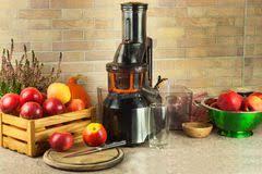 jus de pomme sur la machine de presse fruits à la maison dans la