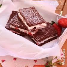 erdbeer milchschnitten mit schoko biskuitteig sahne und erdbeere schichten ein traum 3 4 5