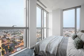 schlafzimmer mit ausblick auf die stadt bild kaufen