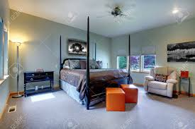 großes schlafzimmer mit fünf fenstern und schwarz mit braunen beitrag bett betten moderne und klassische komfortablen design