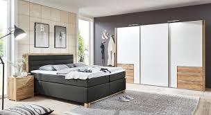 schlafzimmer mit boxspringbett und schiebetürenschrank raca